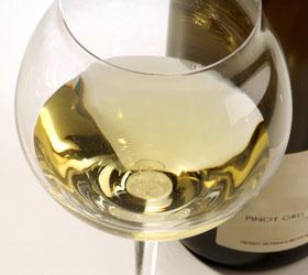 Verre-de-vin-blanc-d-alsace-avec-bouteille-zBO101N