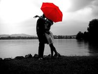 Noir-rouge-couple-parapluie-rouge-big